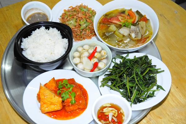 Nước mắm luôn được dùng kèm trong mỗi bữa ăn của hầu hết người Việt