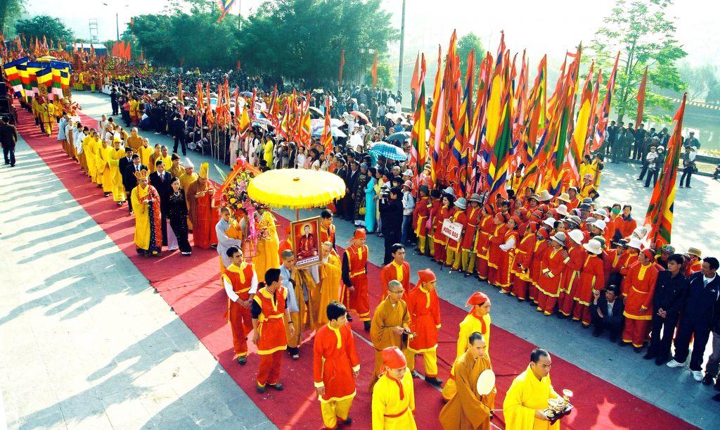 Nhiều người đổ về lễ hội Côn Sơn