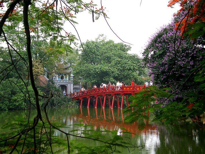 Cầu Thê Húc dẫn vào đền Ngọc Sơn
